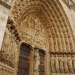 Detalles de la puerta de Notre Dame de París