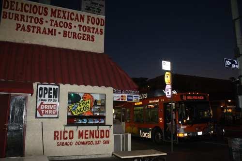 Los autobuses Metro lo llevan a Chano's en la calle Figueroa, cerca de USC. (Foto Agustín Durán/El Pasajero).