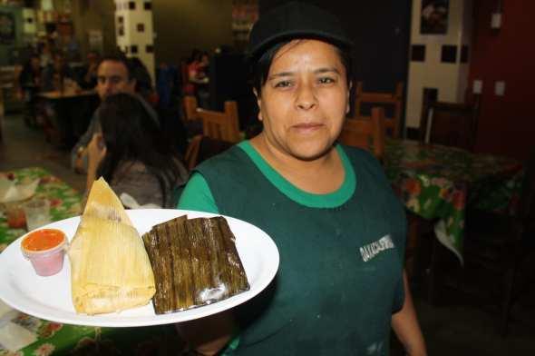 Isela Andrés, del restaurante Oaxacalifornia nos muestra los tamales de mole y de frijol. (Foto de Agustín Durán/El Pasajero)