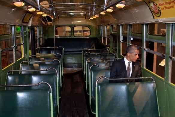 Obama, en el autobús en el que Rosa Parks hizo historia. Foto: Casa Blanca.