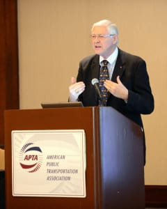El supervisor Antonovich durante el talle nacional de APTA esta semana en Los Angeles.