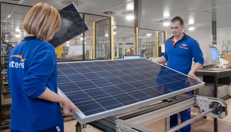 Dos trabajadores de Atersa en la fábrica de Almussafes (Valencia). FOTO: Atersa.