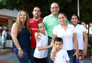 Mónika Gómez, Giovanny Moscarella, Gelvis Fuentes, Daniela fuentes, Nathalia Fuentes, Cely Campbell y el niño Gelvis Santiago.