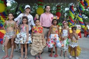 Fermín Cruz y Catalina Acevedo acompañados de las niñas ganadoras del vestuario creativo.