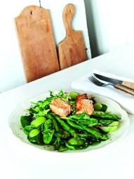 Sesam-Lachs auf grünem Gemüsebett