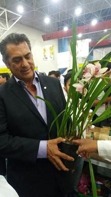 """""""El Bronco"""" gober de Nuevo León recibe una orquídea."""