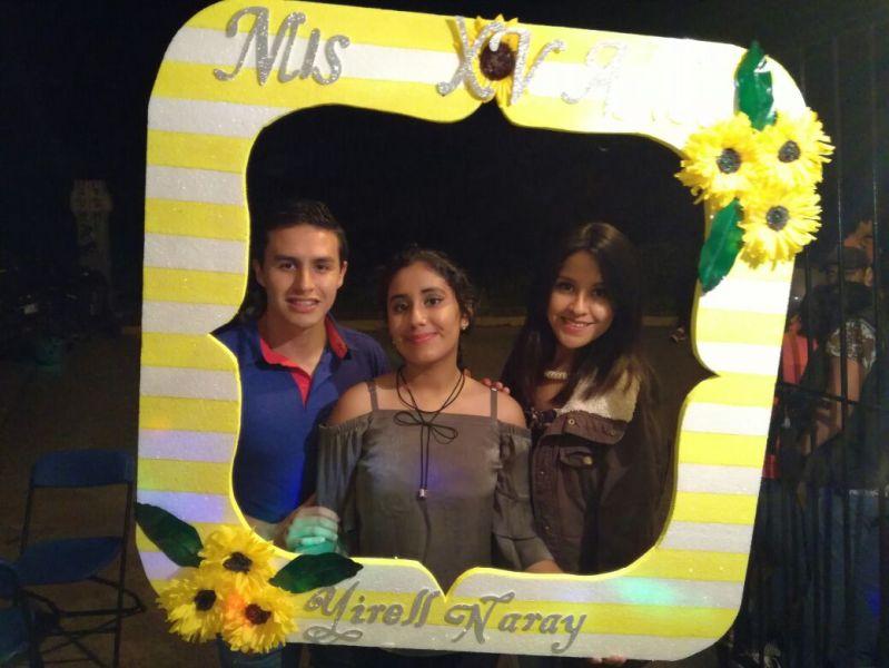 Oscar Martínez y Kenia Contreras con la guapa quinceañera.