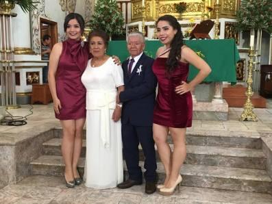 Ximena y Mariela Córdoba Ceceña orgullosas de sus abuelitos Teresa y Gilberto.