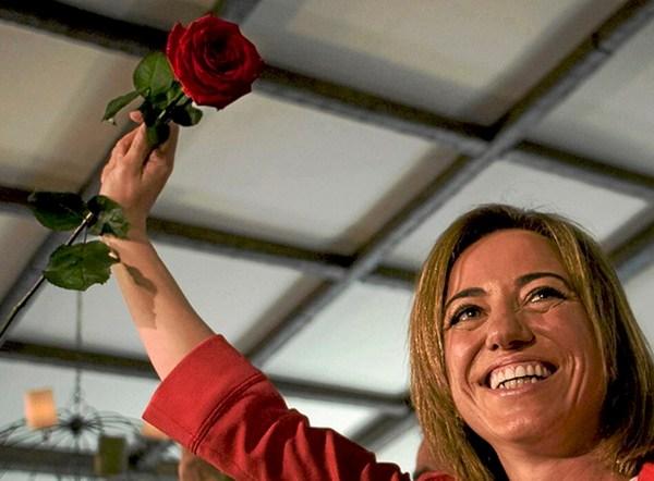 La ex ministra de Defensa saluda durante la presentación de su candidatura a liderar el PSOE. Horizontal