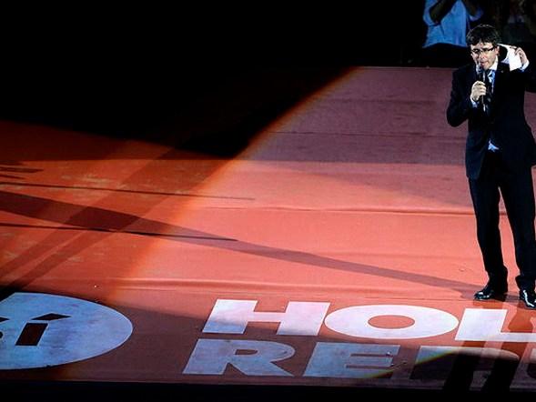 GRA427. TARRAGONA, 14/09/2017.- El presidente de la Generalitat, Carles Puigdemont, durante su intervención en el Tarraco Arena donde se celebra un acto unitario del independentismo en favor de la celebración de un referéndum el 1 de octubre. EFE/Toni Albir