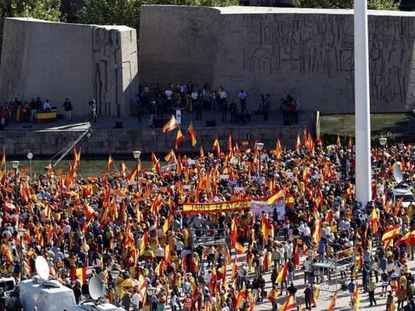GRAF1678. MADRID, 28/10/2017.- Manifestación convocada por la Fundación DENAES para la defensa de la Nación española, en la plaza de Colón de Madrid, para reivindicar la unidad de España y la Constitución. EFE/ Javier López