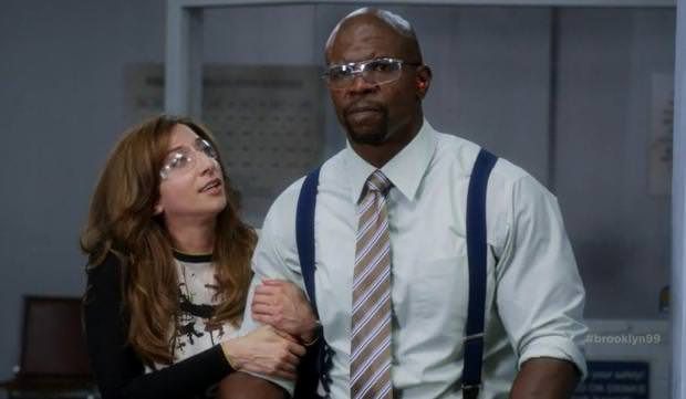 Crítica de Brooklyn Nine-Nine: Chelsea Peretti (Gina Linetti) y Terry Crews (Terry Jeffords)