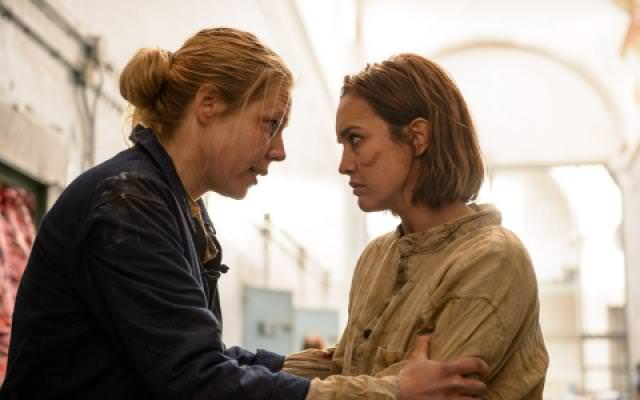 Crítica de Sin Identidad: María consigue escapar de prisión gracias a la muerte de su amiga, que también le da dinero y recursos para volver.