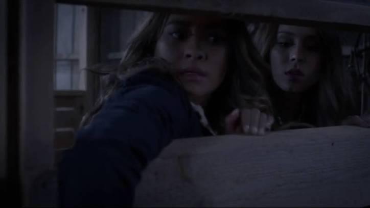 Pretty Little Liars 5x08: Emily y Spencer quedan encerradas en los establos cuando van a investigar sobre Bethany y la señora DiLaurentis.