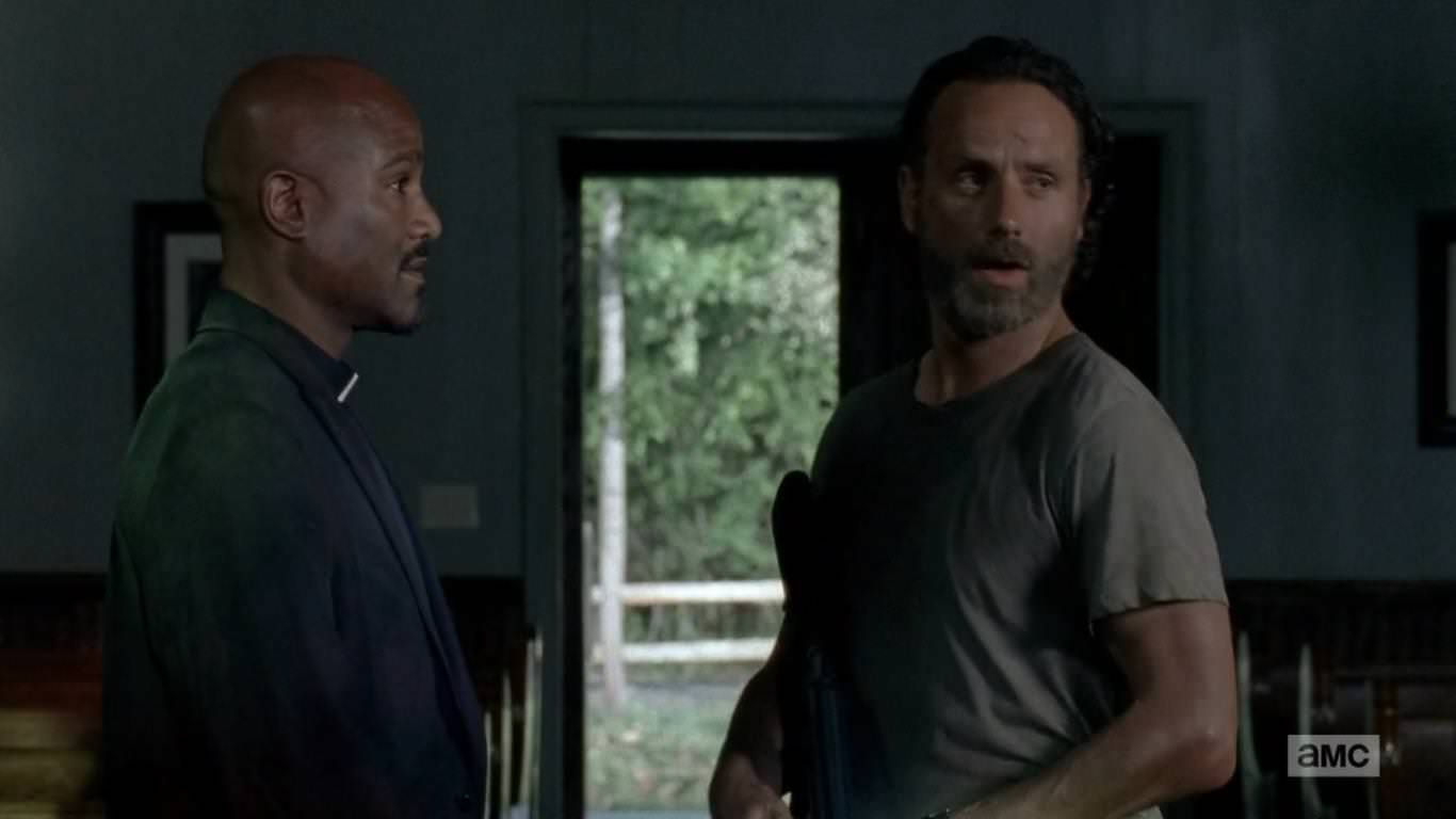 The Walking Dead 5x02 - Rick no confía en el Padre Gabriel