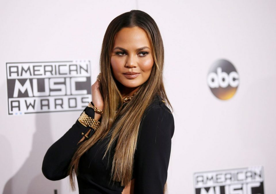 Chrissy Teigen mostró sus partes íntimas durante los American Music Awards