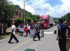 Bloquean carretera federal en Tamazula | Piden reencarpetamiento