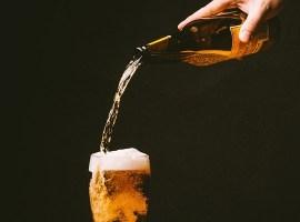 Extraída de: https://pixabay.com/es/cerveza-verter-vidrio-beber-820011/