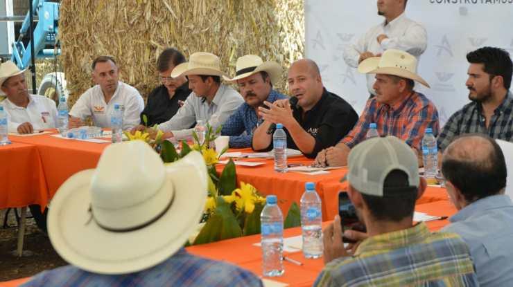 Alfaro y Esquer toman compromisos con el sector lechero