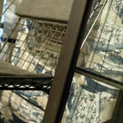 Silla de metal, estilo industrial en la tienda ( El Taller de Carola, Valencia )
