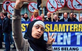Muslim Woman Takes Selfies With Anti-Islam Group