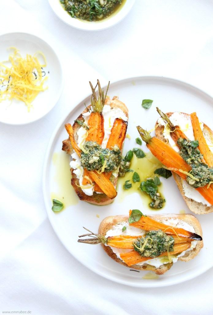 {Rezept} Crostini mit gerösteten Karotten, Ziegenkäse und Pesto