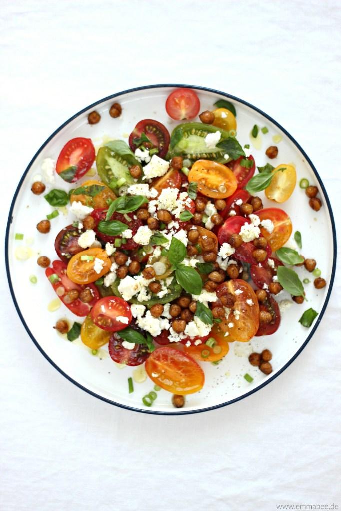{Rezept} Dieser fruchtige Tomatensalat mit gerösteten Kichererbsen sorgt für Frühlings-Glücksgefühle…
