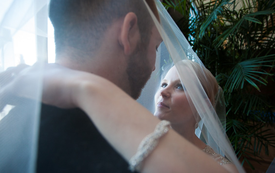 bride and groom under veil - Crystal Tea Room Wedding - photo: Daniel Fugaciu Photography | via http://emmalinebride.com