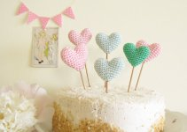crochet heart cake toppers by Cherry Time