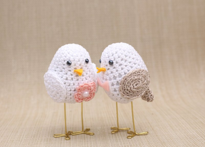 love birds cake toppers made of crochet | via http://emmalinebride.com/cake/bird-cake-toppers-crochet/