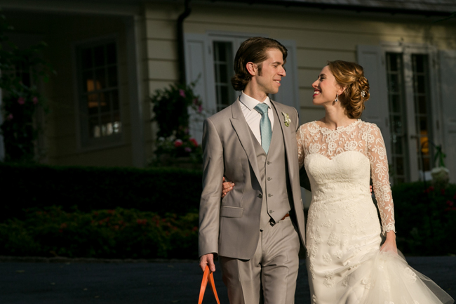 bride and groom at Connecticut waterfront wedding - photo: Melani Lust Photography | via http://emmalinebride.com
