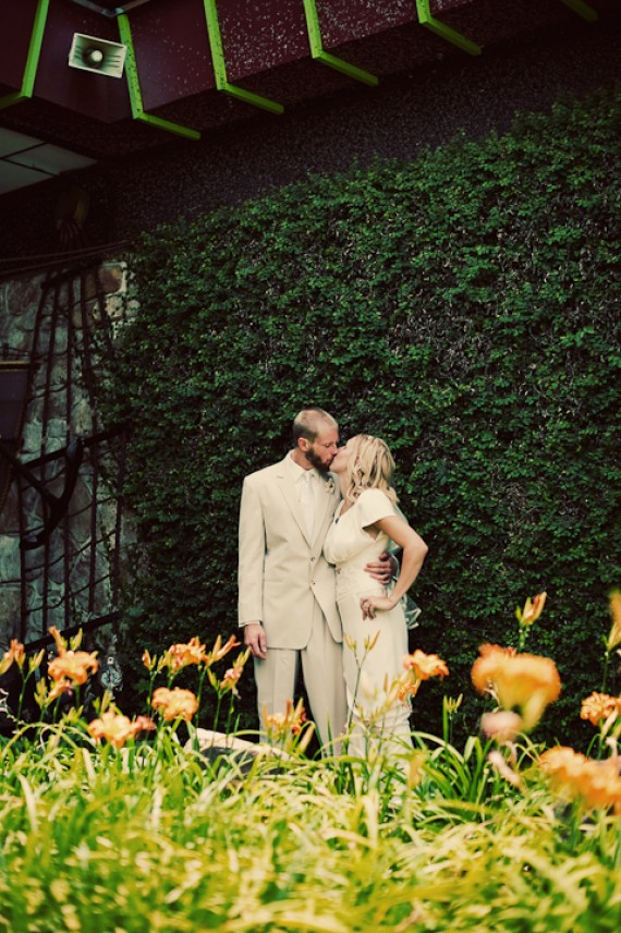 tuscaloosa-wedding-bride-groom-kissing-mossy-green-wall-backdrop