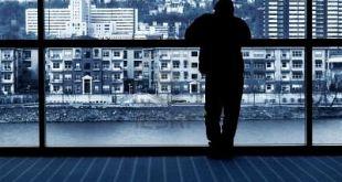 ad80c-339454-hombre-de-espera-mirando-por-la-ventana-en-edificios-de-la-ciudad-y-el-r-o