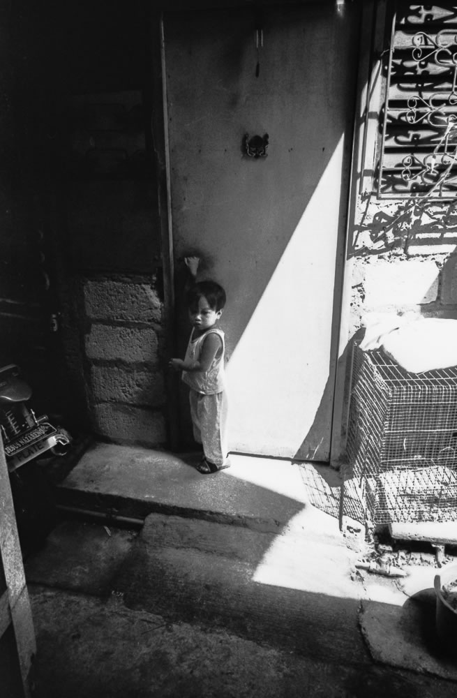 Child knocking on door, The Philippines - Leica M6 / 28mm Elmarit / Ilford HP5+ / Ilford HC