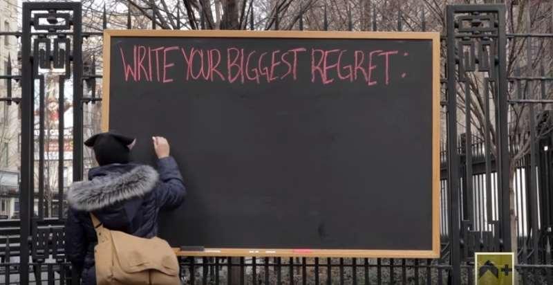 Περαστικοί γράφουν σε πίνακα για τι έχουν μετανιώσει πιο πολύ. Όλοι έχουν ένα κοινό στοιχείο (Βίντεο)