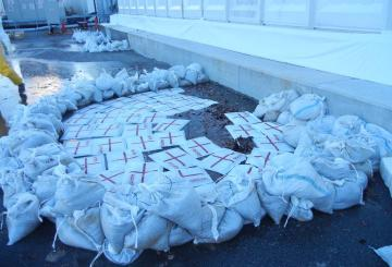 Fukushima Daiichi Nuclear Power Plant evaporative concentration apparatus, Leakage treatment with sandbags December 4th, 2011