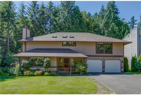Gracious two story home in Coventry on English Hill. The generou