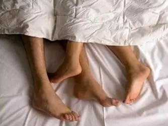 pareja sabanas durmiendo