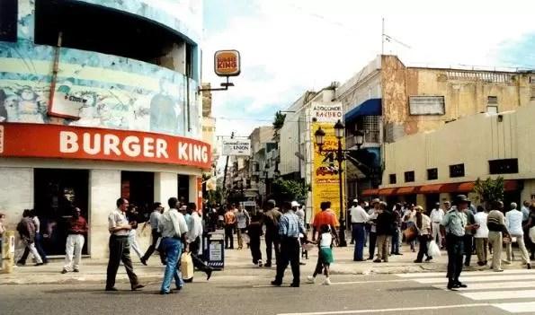 dominicanos caminando calle