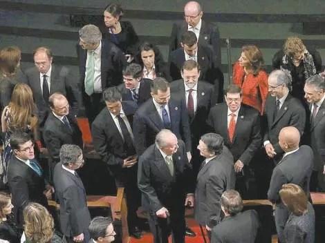Spanish King Juan Carlos talks to European Commission's President Barroso during XXII Ibero-American Summit in Cadiz