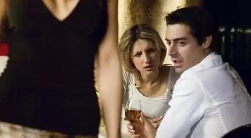 mujer mirando a mujer
