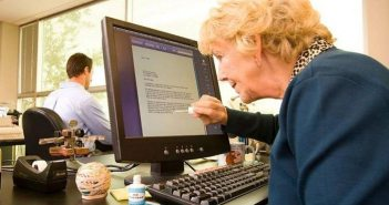 6-elderly-people-who-do-not-get-along-with-technology