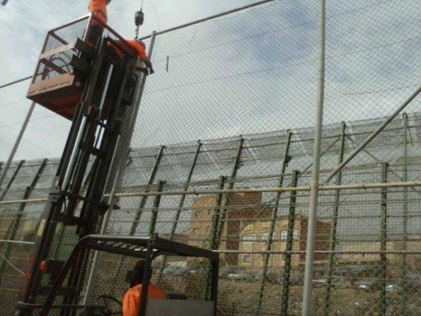 Operarios reparan la alambrada de Melilla el pasado miércoles 18 de septiembre. / M. Álvarez