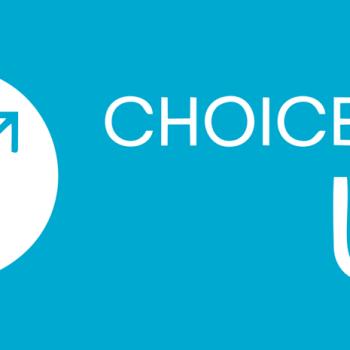 """Fundo azul. Ao lado esquerdo, marca do Choice Up. Uma seta azul com ondas no comprimento está dentro de um círculo branco, aponta pro canto superior direito. À esquerda está escrito """"CHOICE UP"""" na cor branca."""
