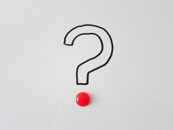 Sinal de interrogação no meio de uma folha de papel