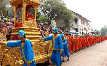 Les moines par centaines!