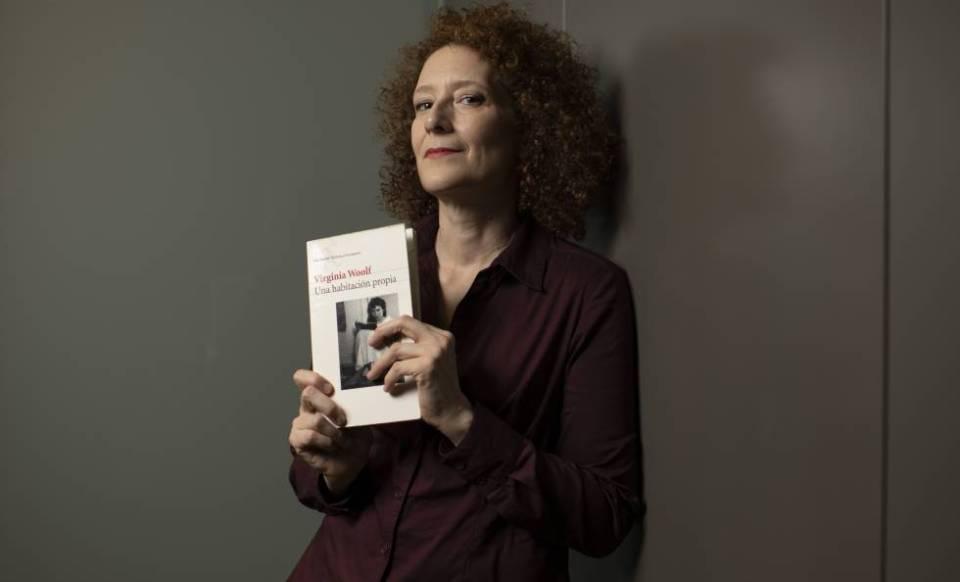 Clara Sanchis, con su ejemplar de 'Una habitación propia'.