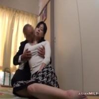 【H動画】 【アダルト動画】来訪販売にきたセールスマンを家にあげてHまでしちゃう年増!!!