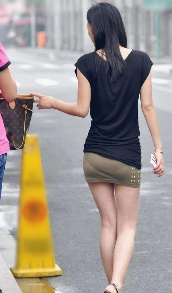 (プリ尻&パンツ丸見え注意)タイトミニスカ女子←これで強姦されても自業自得すぎるwwwwwwwwww(写真あり)