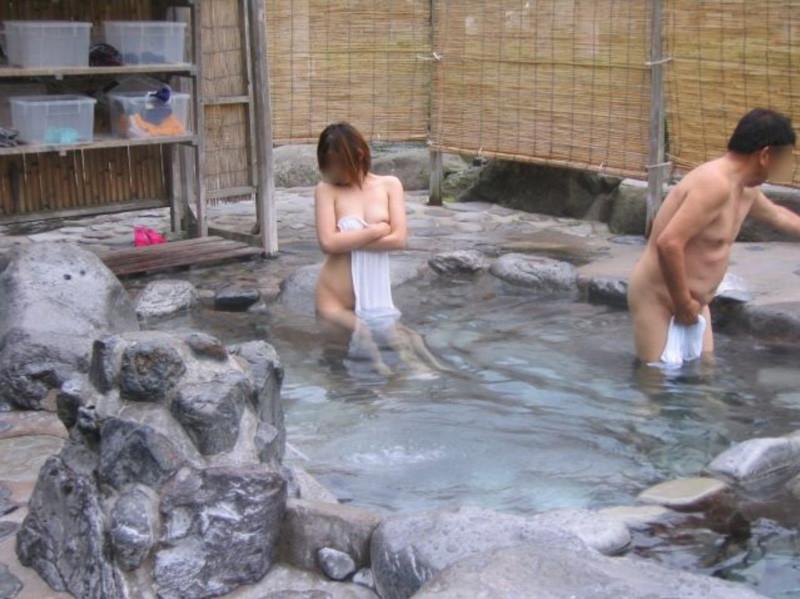 露出狂が混浴風呂に入ると男から逆に逃げていくという意外な光景wwwwwwwwwwwwww(写真あり)